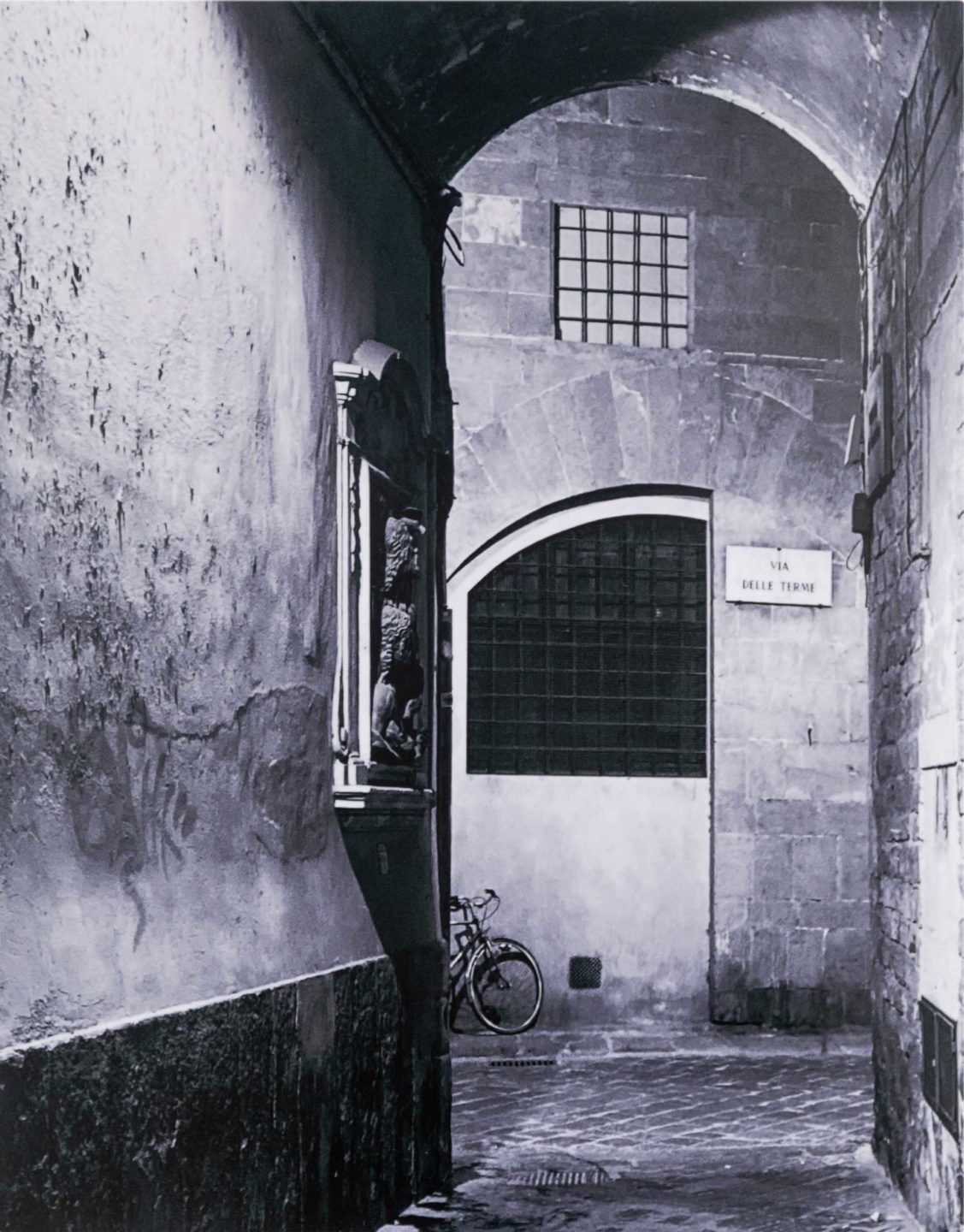Black and white photo of an alley in Italy